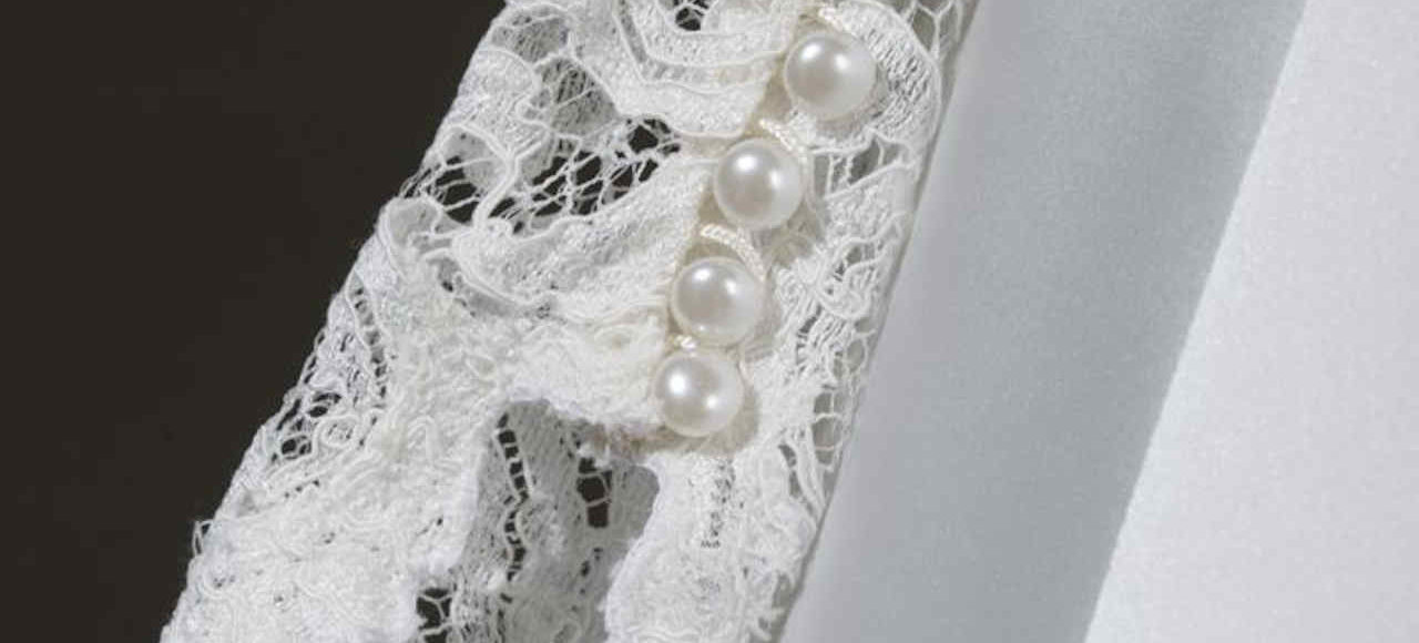 Detall botons perla mànigues